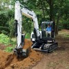 Mini-escavadeira Bobcat E80 executando trabalhos de escavao