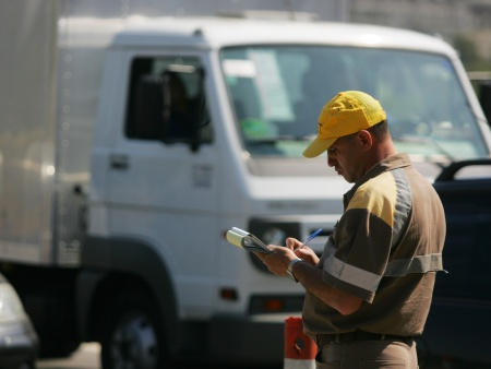 Agente da CET autuando (multando) caminhão em São Paulo