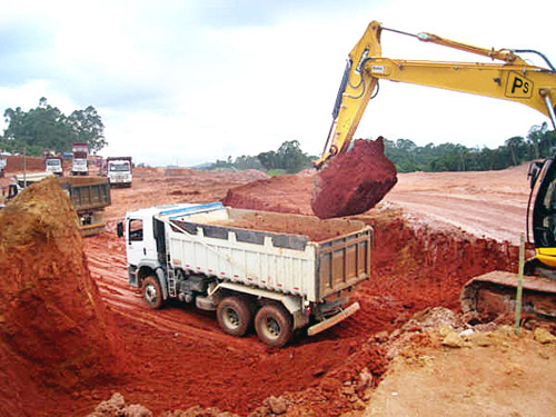 Caminhões com excesso de peso na terraplenagem