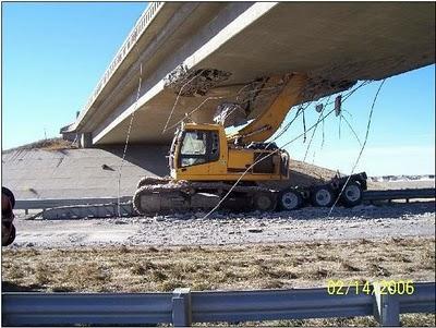 Escavadeira entalada embaixo de viaduto - foto 2