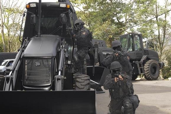 Máquinas blindadas utilizadas por oficiais do BOPE para invadir territórios dominados pelo crime