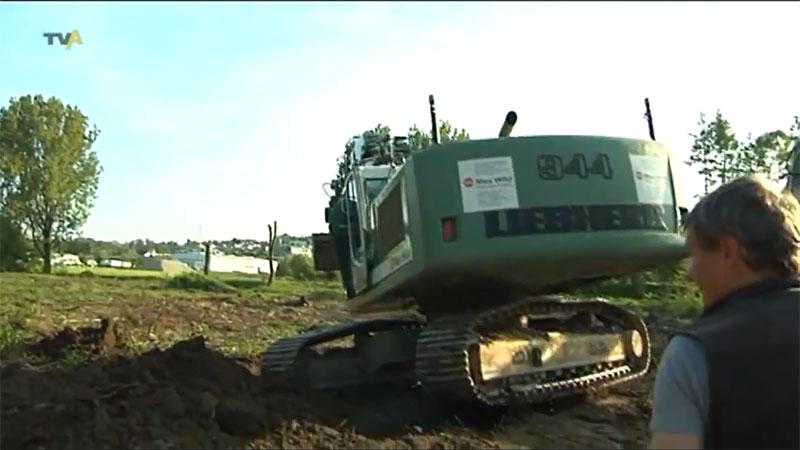 Político alemão, ministro do interior da Baviera, tomba escavadeira hidráulica de 40 toneladas Liebbher 944 na Alemanha.