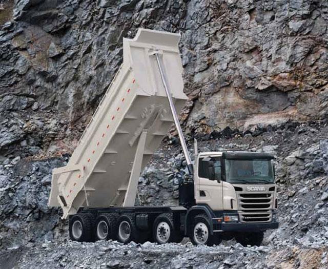 Caminhão Scania G470 10x4 basculante usado especificamente para mineração.