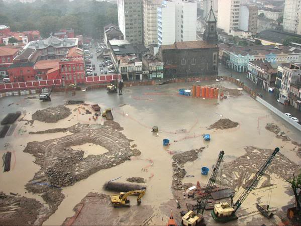 Obra de terraplenagem alagada após forte chuva.