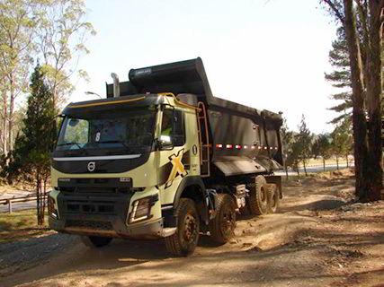 Volvo FMX 8x4 trabalhando a suspensão